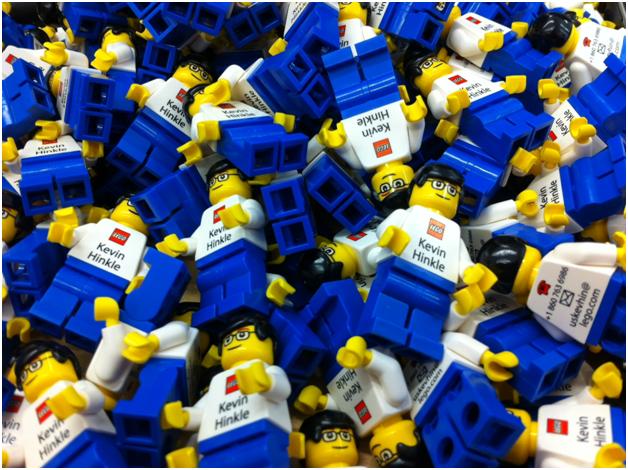 Самые лучшие визитные карточки - у сотрудников LEGO